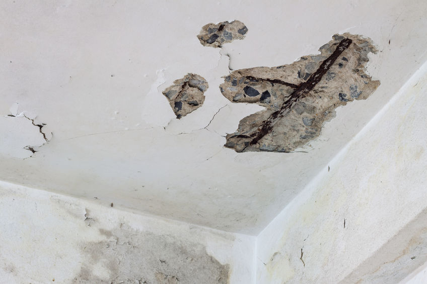 41729958 - old house ceiling is crack see the structure